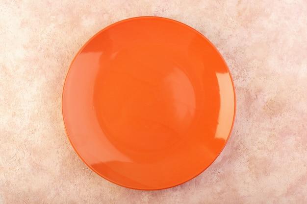 トップビューオレンジラウンドプレート空のガラス製の孤立した食事のテーブル 無料写真