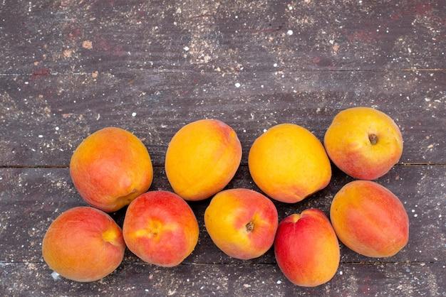 Вид сверху сладкие и сочные персики на деревянном столе фруктовая летняя фото мякоть Бесплатные Фотографии