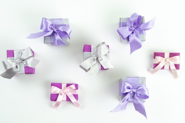 白、現在の誕生日のお祝いに弓を持つ上面紫ギフトボックス 無料写真