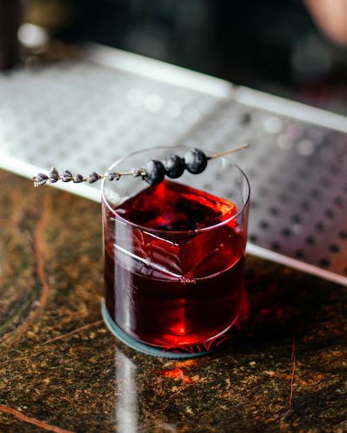Вид сверху красный коктейль внутри маленького стакана на стойке бара коктейль пить алкоголь сок вода Бесплатные Фотографии