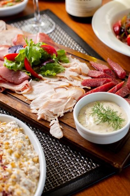 Вид сверху сосиски на столе с белым вином и овощами на столе еда ресторан Бесплатные Фотографии