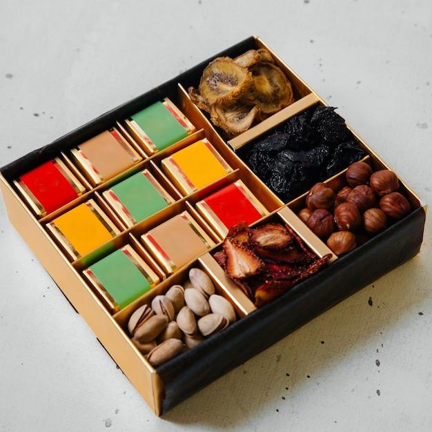 平面図の正方形の机とナッツとドライフルーツの白いデスクナッツフルーツレーズン 無料写真