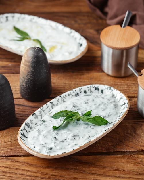 茶色の木製デスクフードヨーグルト肉に緑と上面図ヨーグルト食事 無料写真