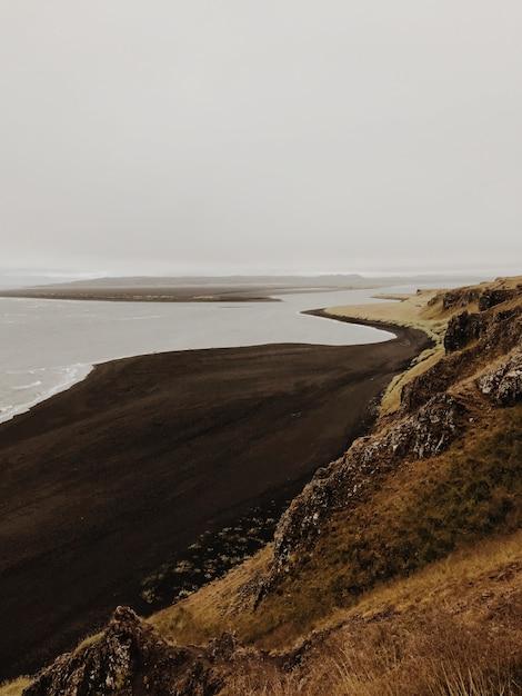 Вид на черный песчаный пляж Premium Фотографии