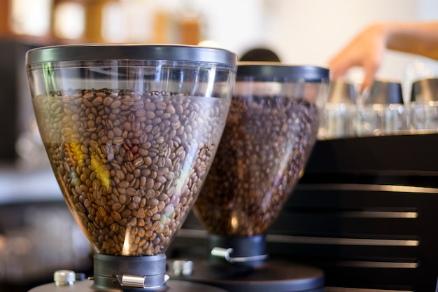 Вид на темный фон жареных кофейных зерен Premium Фотографии