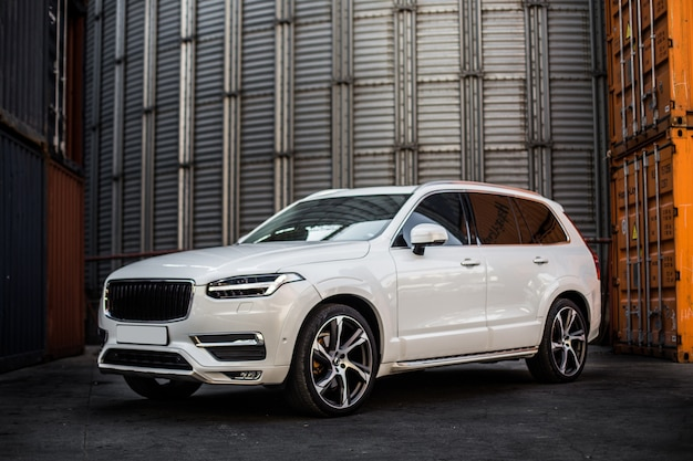 주차장에 흰색 오프로드 지프. 무료 사진