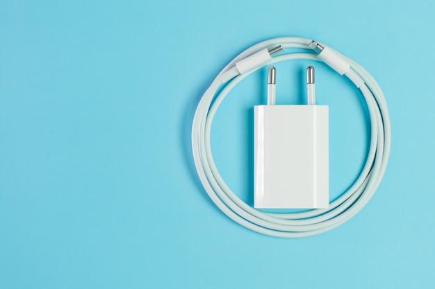 稲妻高速usb付きの白いスマートフォン充電ケーブル青い背景で隔離のコネクタとアダプタ Premium写真