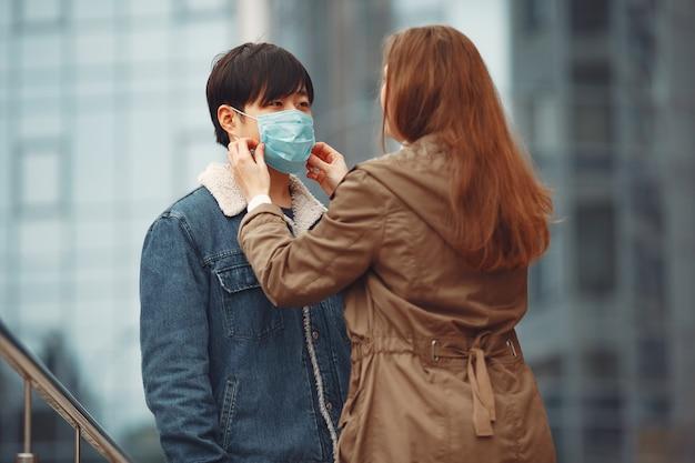 Женщина и китаец носят защитные маски Бесплатные Фотографии