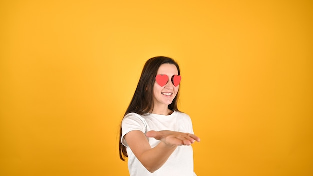 Влюбленная женщина показывает жесты руками Premium Фотографии