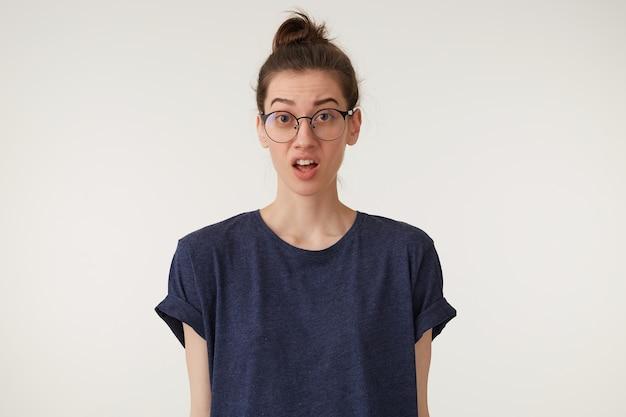 Женщина в очках ругается, ссорится с парнем, соседом, вопросительно смотрит Бесплатные Фотографии