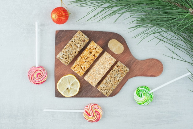 깨지기 쉬운 땅콩과 레몬 조각의 나무 보드. 고품질 사진 무료 사진