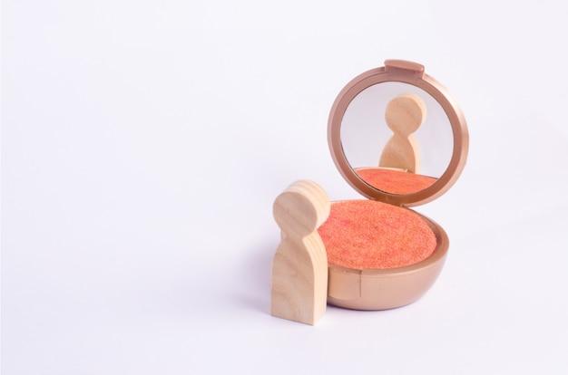 男の木製の姿が鏡を見る Premium写真