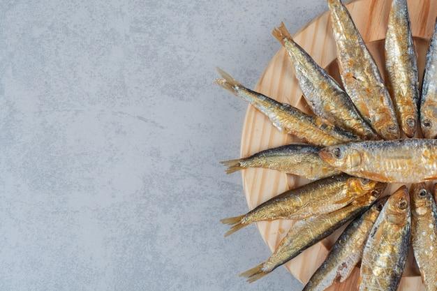 맛있는 생선이 가득한 나무 접시. 무료 사진