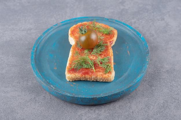 大理石の背景にトーストと木の板。 無料写真