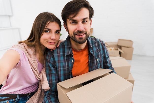 Молодая пара делает сульфид при переезде в новую квартиру Бесплатные Фотографии