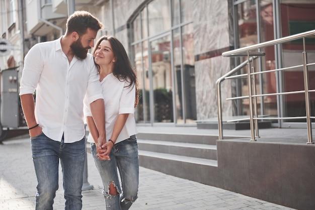 若い面白い愛情のあるカップルは晴れた日に楽しい時を過します。 無料写真