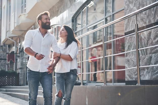 Молодая забавная влюбленная пара развлекается в солнечный день. Бесплатные Фотографии