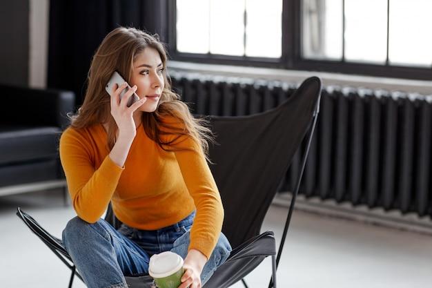 Девушка сидит в телефоне на работе работа для девушек в ноябрьске