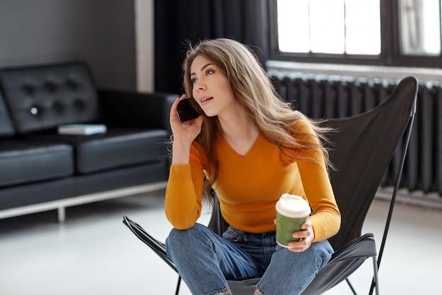 Девушка сидит в телефоне на работе модельные агентства алматы кастинг