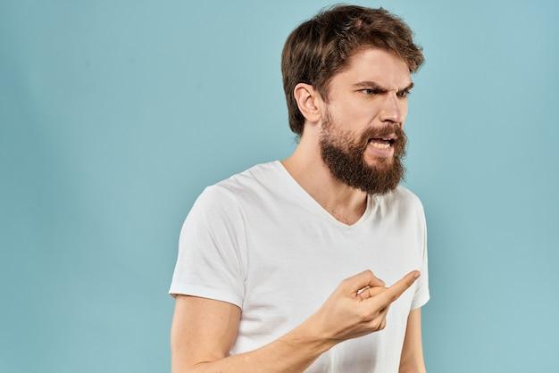 Молодой человек с бородой в футболке Premium Фотографии