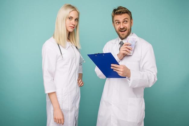 Молодая медсестра подкупает мужчину врачу. Premium Фотографии