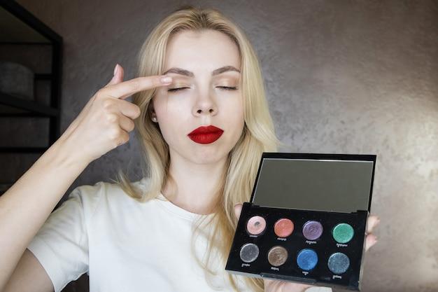 Девушка-визажист расскажет вам, как пользоваться косметикой, на онлайн-курсе. Premium Фотографии