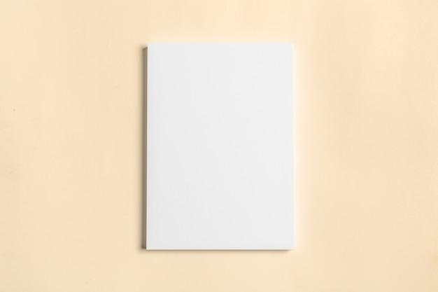 木製のテーブルの上の白い名刺。空白の肖像画a4。 Premium写真