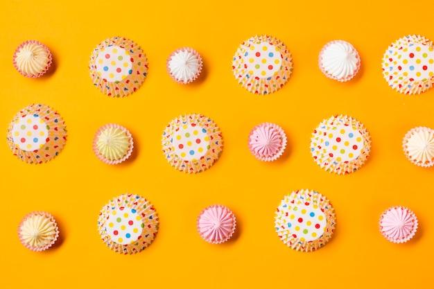 Aalaw с горошек бумажный торт формы в ряд на желтом фоне Бесплатные Фотографии