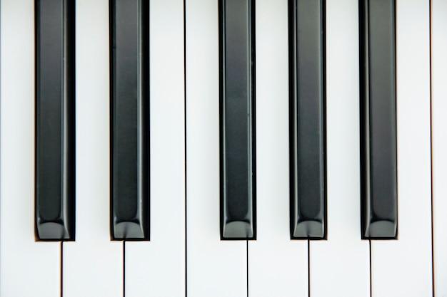 白いスペースをたくさん持っているabに中心のピアノキーボードのクローズアップ Premium写真