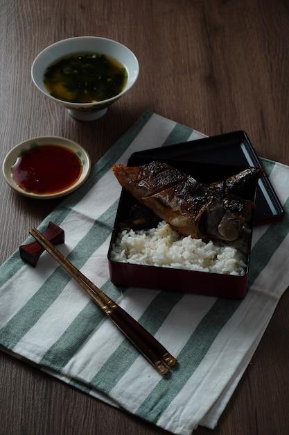 日本の食べ物、焼きabaまたはsweetの味sauce汁と木製テーブルの上に炊いたご飯 Premium写真
