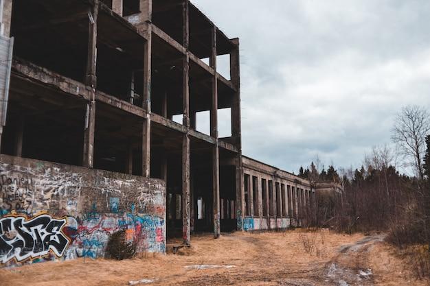 Заброшенное здание в окружении голых деревьев Бесплатные Фотографии