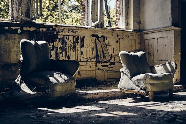 낮에는 낡은 소파 2 개와 깨진 창문이있는 버려진 집 무료 사진