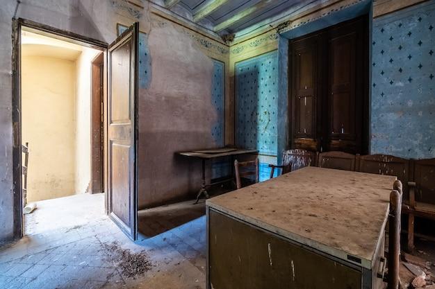 Abandoned office Premium Photo