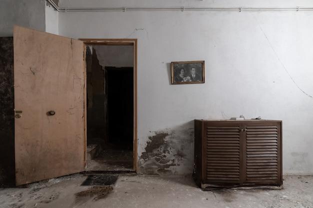 Rumah tua terbengkalai dengan potret di dinding Foto Premium