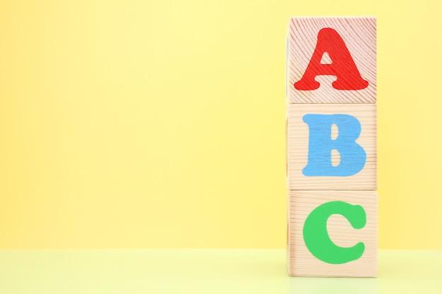 Abc-木のおもちゃのキューブの英語のアルファベットの最初の文字。 Premium写真