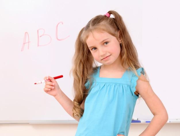 Милая маленькая девочка и буквы abc на борту Бесплатные Фотографии