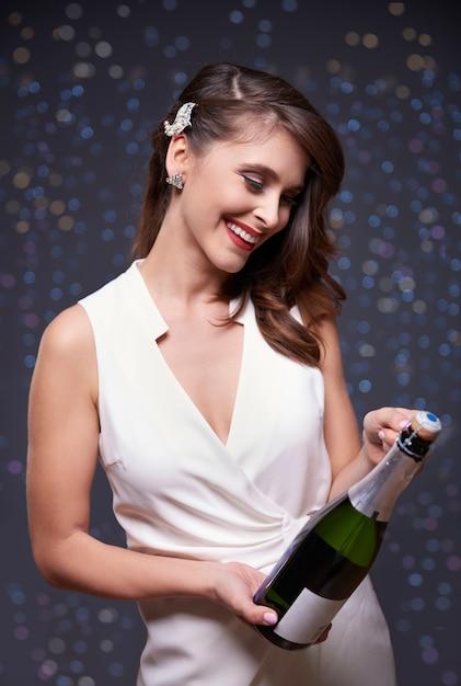 シャンパンのボトルを開こうとしています 無料写真