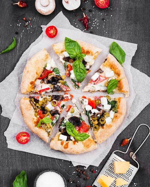 上のビューふわふわピザのスライスの配置 無料写真