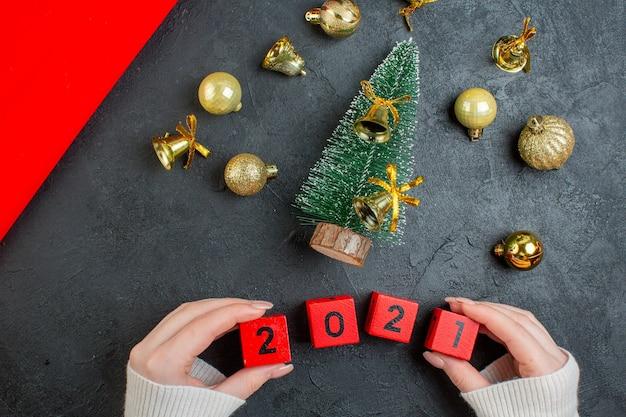 어두운 배경에 장식 액세서리 및 크리스마스 트리 번호보기 위 무료 사진