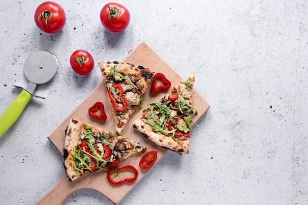 上のピザのスライスの配置 無料写真