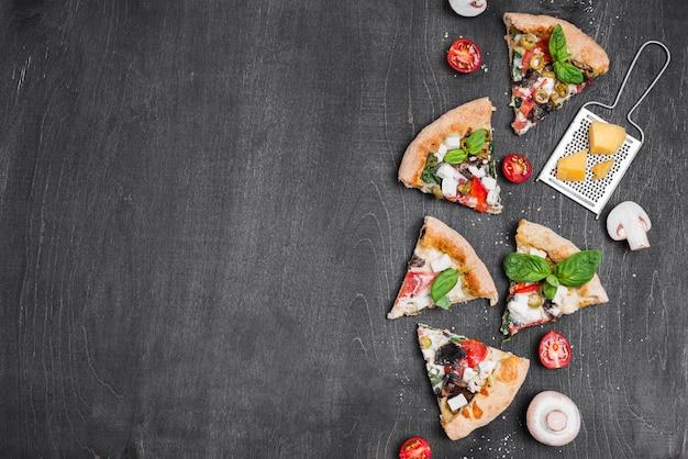Выше вид композиции ломтики пиццы Premium Фотографии