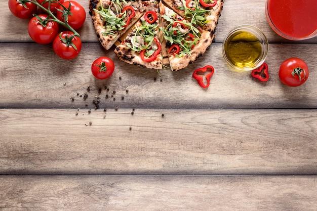 Выше вид ломтики пиццы с начинкой Бесплатные Фотографии