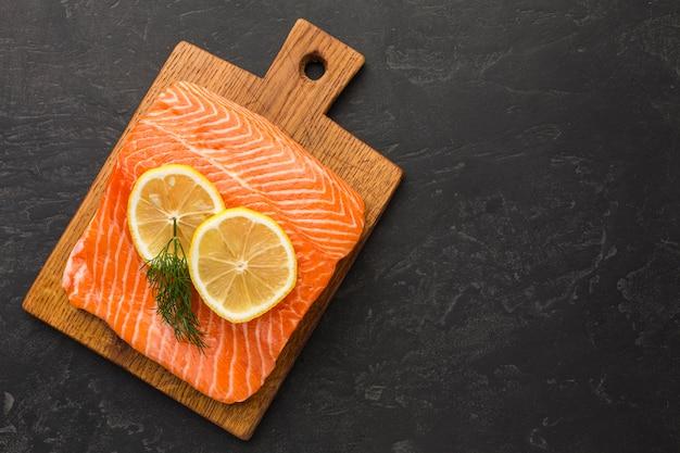 Композиция из лосося и лимона сверху Premium Фотографии