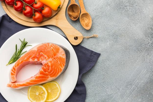 Выше вид лосось и лимон на тарелке Premium Фотографии