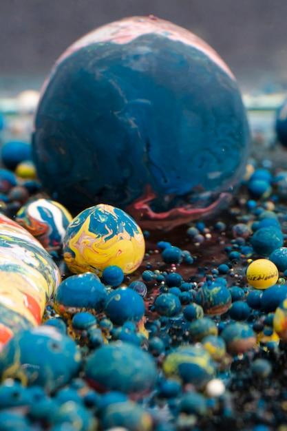 Sfere acriliche astratte in diversi colori Foto Gratuite