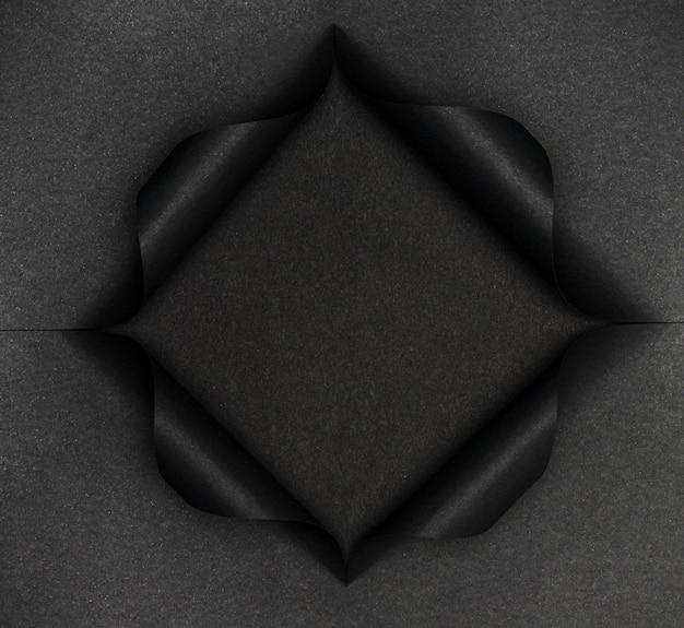 Forma nera astratta su carta nera strappata Foto Gratuite