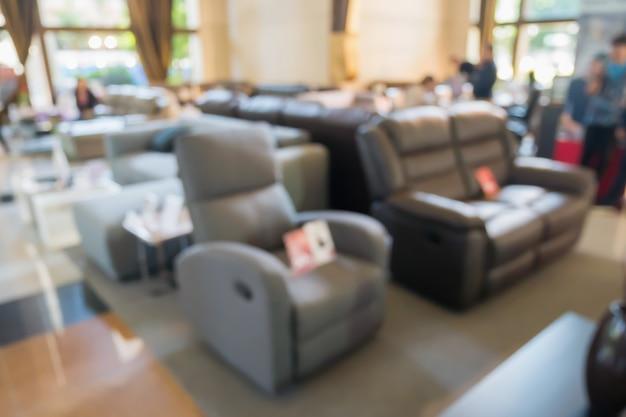 몽타주 제품 디스플레이에 대 한 Bokeh 빛을 배경으로 가정 장식 가구 쇼룸 매장 인테리어에 추상 흐림 소파 프리미엄 사진