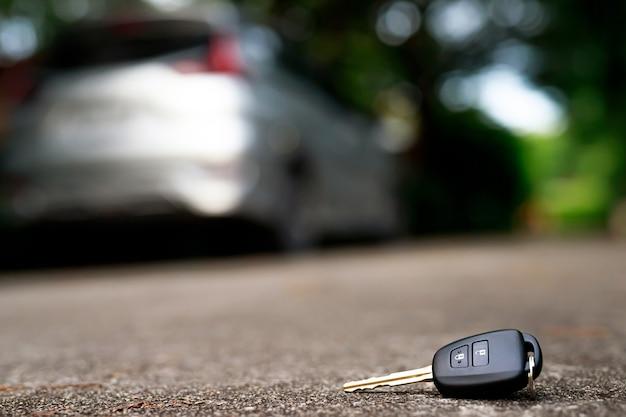 セメントの地面に落ちる抽象的な車のキー-製品の表示またはモンタージュに使用できます Premium写真