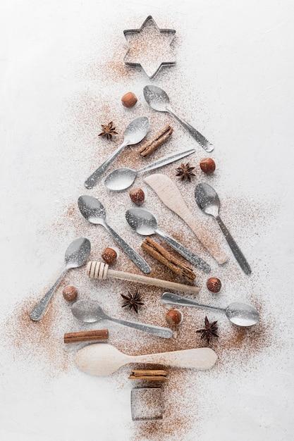 Абстрактная новогодняя елка из посуды Premium Фотографии