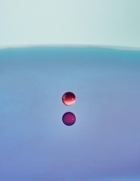 抽象的な色の水のしぶき、色の滴の衝突と王冠の作成 Premium写真